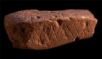 Blombos_Cave_engrave_ochre_1